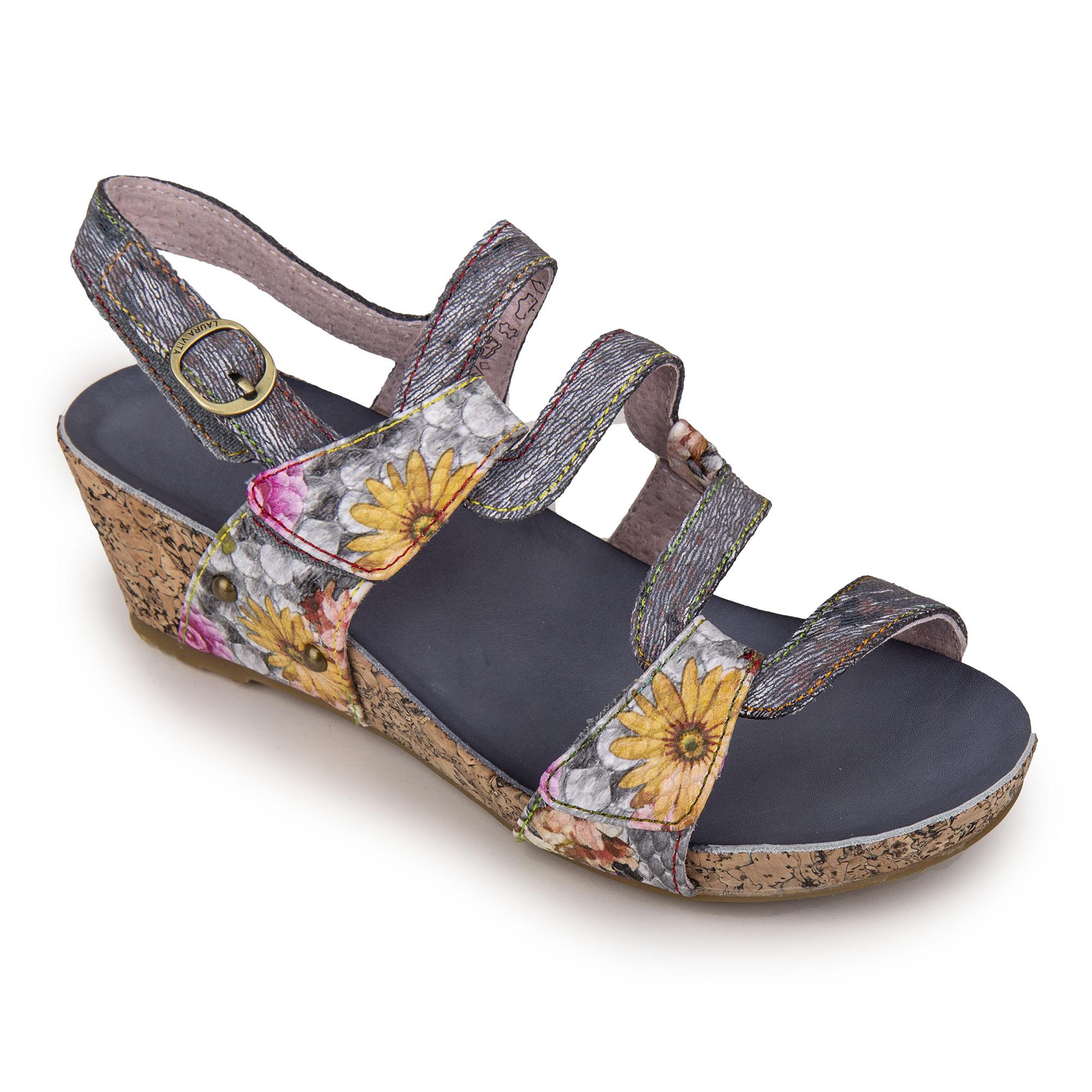 9e635e9c6ee4a1 ... Découvrez cette jolie paire de sandales compensées à motif fleuri pour  femme de la marque LAURA VITA (modèle BECLINDAO 209) à prix dégriffé.